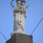 Statua della madonna all'esterno del Santuario